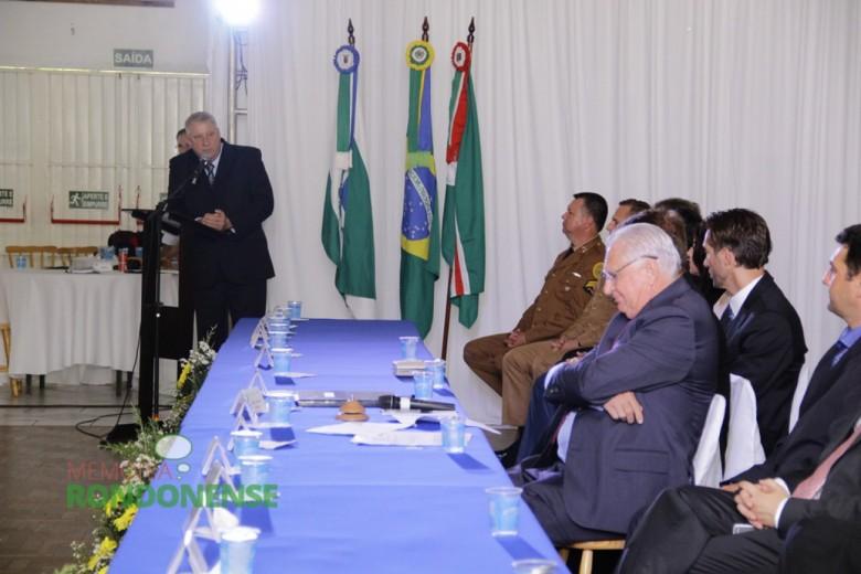 Discurso do vice-prefeito eleito Ilário Hofstetter.  Imagem: Acervo Memória Rondonense - Crédito: Tioni de Oliveira