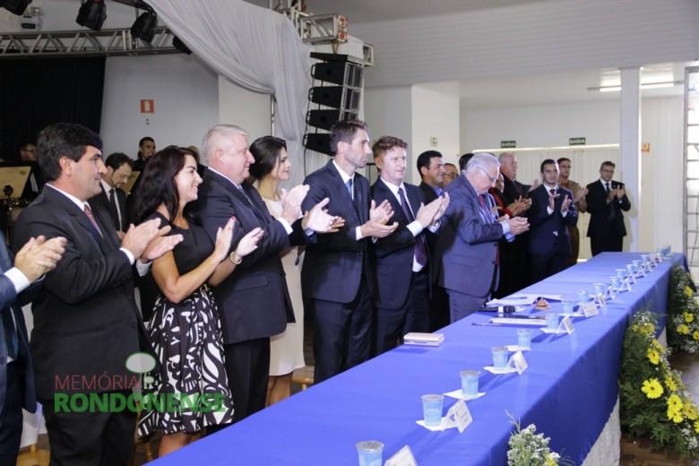 Aplausos após a declaração de empossados do prefeito Márcio Andrei Rauber e vice-prefeito Ilário Hofstetter  - Imagem: Acervo Memória Rondonense - Crédito: Tioni de Oliveira