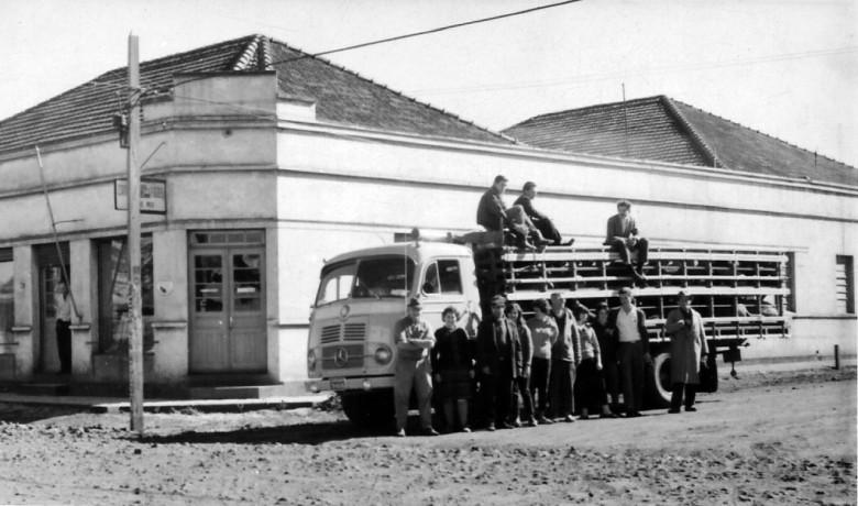 Caminhão-porcadeiro usado para o transporte de porcos até os centros de abate localizados em São Paulo e Rio de Janeiro.  O casal Paulina e Alfredo Nied, são a segunda e terceira pessoas, da esquerda a direita.  Imagem: Acervo Sueli Nied