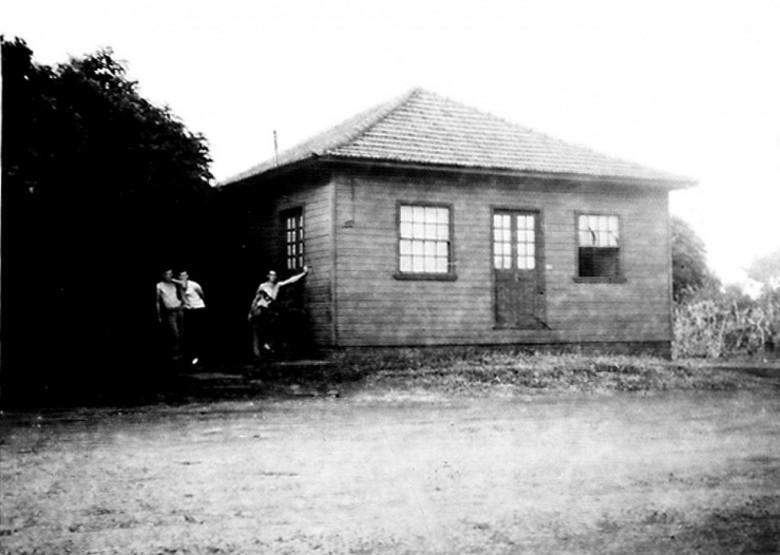 A casa comercial pioneira de Marechal Cândido Rondon, instalada na esquina da Avenida Rio Grande do Sul com a Rua Men de Sá, à direita no sentido oeste-leste, de propriedade do casal Alfredo e Paulina (Kalkmann) Nied.  Imagem: Acervo da Família Seyboth