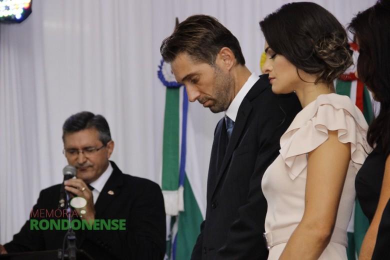 Mais um aspecto do momento de oração dirigida pelo pastor Vicente Mariano.  Imagem: Acervo Memória Rondonense - Crédito: Tioni de Oliveira