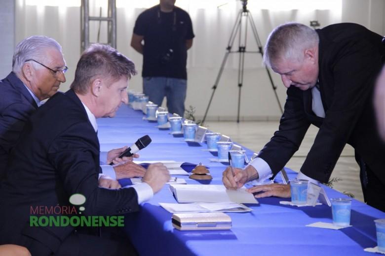 Vice-prefeito eleito Ilário Hofstetter assinando o termo de posse.  Imagem: Acervo Memória Rondonense - Crédito Tioni de Oliveira