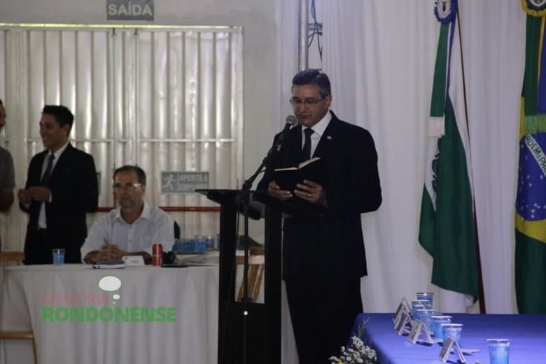 Pastor Vicente Mariano, da Igreja Assembleia de Deus, começando o momento de oração durante a Sessão Solene de Posse.  Imagem: Acervo Memória Rondonense - Crédito: Tioni de Oliveira