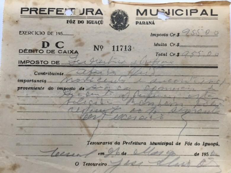Recibo do pagamento das taxas  feito pelo pioneiro Alfredo Nied junto a Prefeitura Municipal de Foz do Iguaçu, em 1952, para abertura de sua casa comercial em Marechal Cândido Rondon. Imagem: Acervo Walmor Nied