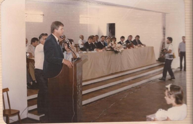 Dieter Leonard Seyboth em seu discurso de encerramento de mandato como prefeito municipal interino de Marechal Cândido Rondon.  Imagem: Acervo Dieter Seyboth