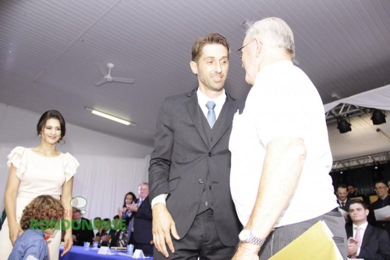 Prefeito Márcio Rauber cumprimentando o artista João Zimmermann.  Imagem: Acervo Memória Rondonense - Crédito: Tioni de Oliveira