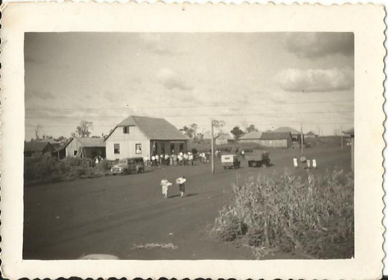 Vista da Avenida Rio Grande do Sul, a partir do Hotel Avenida, vendo-se ao fundo o antigo Bar Floresta que por muitos anos foi ponto de ônibus, nas década de 1950 e parte de 1960.
