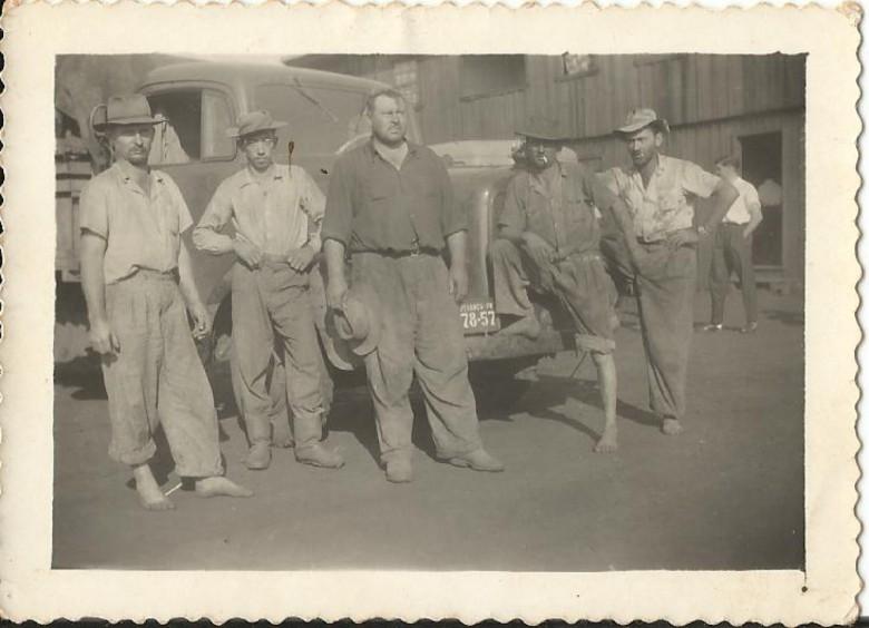 Schmidtão (chapéu na mão) e empregados, ele proprietário inicial do extinto Moinho Fronteira, mais conhecido como
