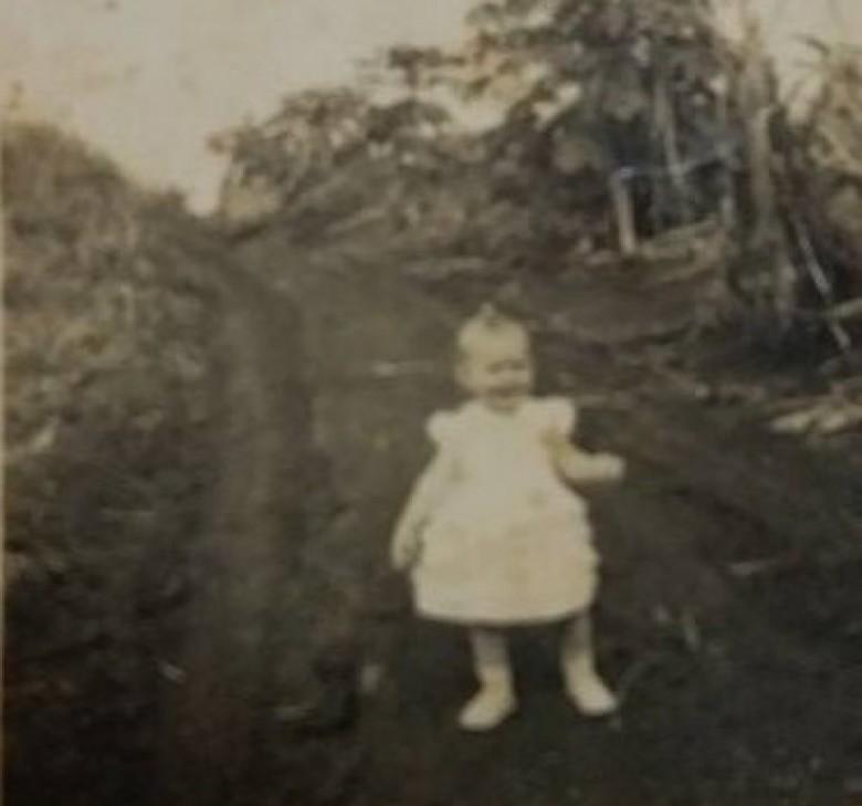 A atual Avenida Presidente Epitácio, de Quatro Pontes, sentido leste-oeste, para Marechal Cândido Rondon.  A menina é  Rosana Lang, filha do casal pioneiro Margarida (nascida Justen) e Seno José Lang.