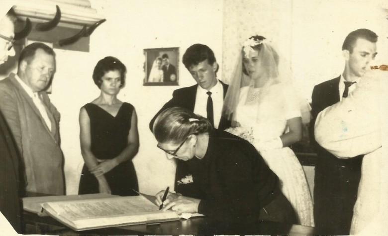 Casamento de Arno Ervino Ritter e Nercy Koch. Da esquerda à direita: Hedo  Schneider e esposa Aida Nacke, noivo Arno Ervino Riiter e a noiva Nercy Koch, Plínio Ritter e Erna Schwingel Ritter autorizando o filho Arno Ervino a se casar.