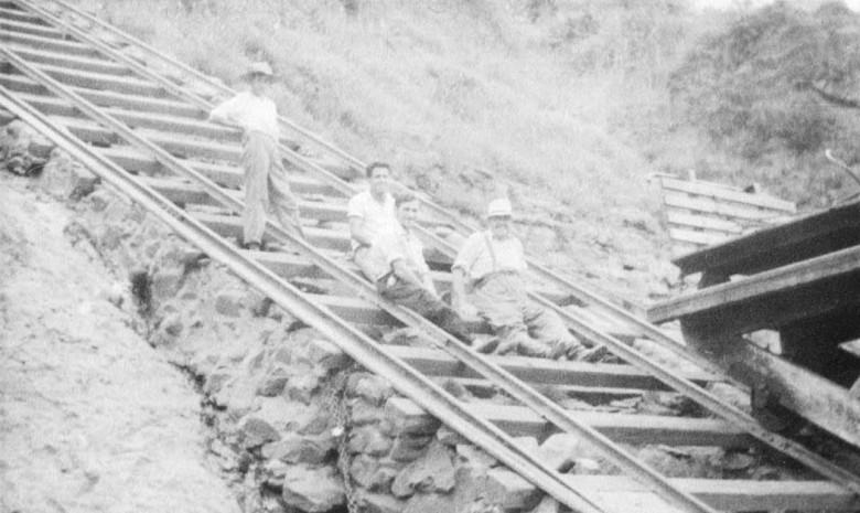Descendo pelas zorras da Cia. Mate Larangeira,  em Porto Mendes, até o Rio Paraná, em 1957.