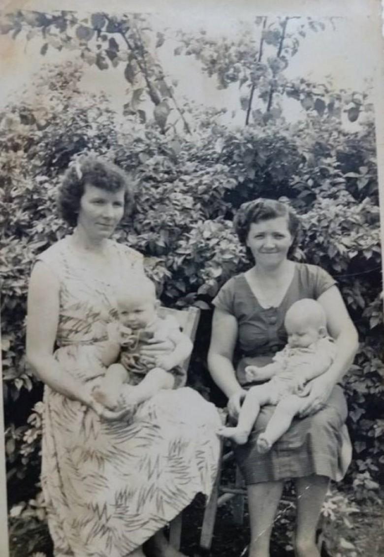 As pioneiras de Quatro Pontes  Ana Julia Lang (e), esposa de Arno Nicolau Lang, com o filho Mausir; e Margarida Lang (d), esposa de Seno José Lang, com o filho Rudimar.