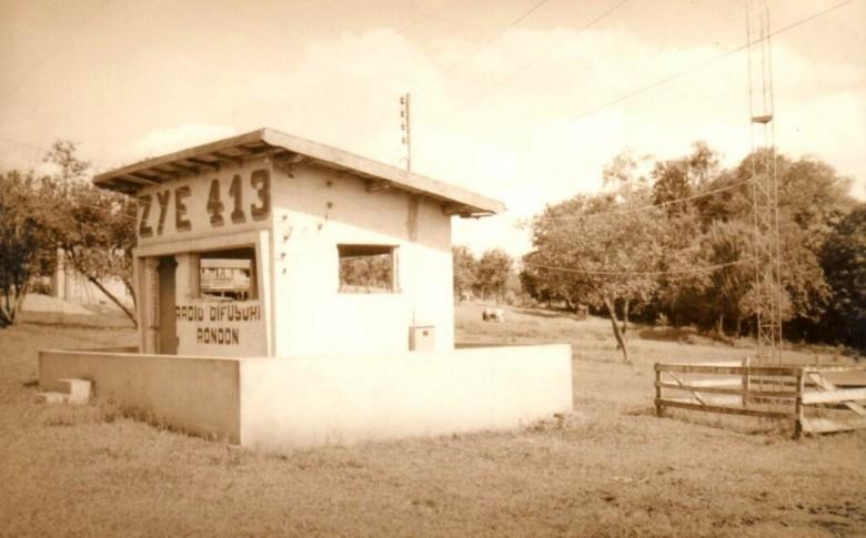 Cabine  que abrigava o transmissor da então Rádio Difusora Rondon, que esteve instalada aos fundos do Teatro Municipal.  A rádio agora é Rádio Difusora do Paraná.  Os novos transmissores da emissora agora estão instalados na Linha Peroba.