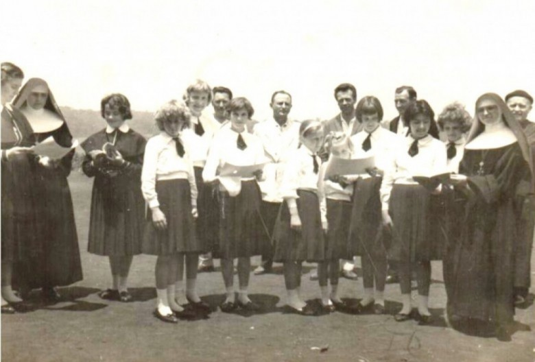 Coral feminino do então Colégio Sagrado Coração de Jesus, de Quatro Pontes. Ao fundo, em pé, de camisa branca, o vereador Helmuth Priesnitz, presidente da Câmara Municipal de Marechal Cândido Rondon