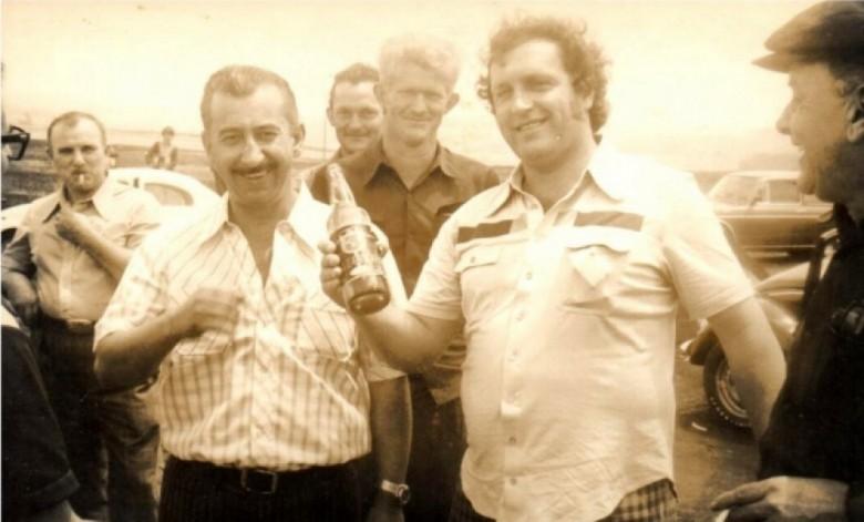 Na foto, da esquerda à direita: 1º - comerciante Alli Alberto Weimann, 2º - os dois ao fundo não identificados, 3º - cartorário Levi Martins Gomes, 4º - vereador Ariovaldo Luiz Bier e 5º - comerciante Helmuth Koch.