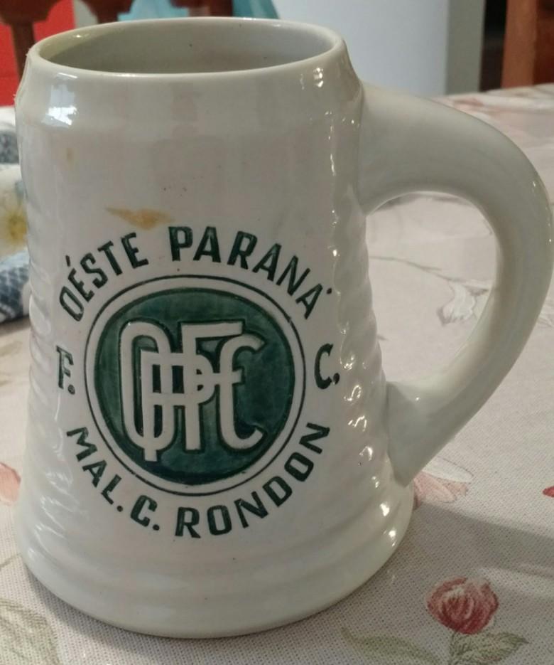Outra imagem do caneco da 1ª Festa da Cerveja Antarctica, de 1966, organizada pelo então Oeste Paraná Futebol Clube.