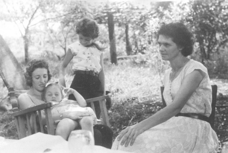 D. Aida Schneider com amigas e filhos no Max Lindenau, em Vila Margarida, em 1960.