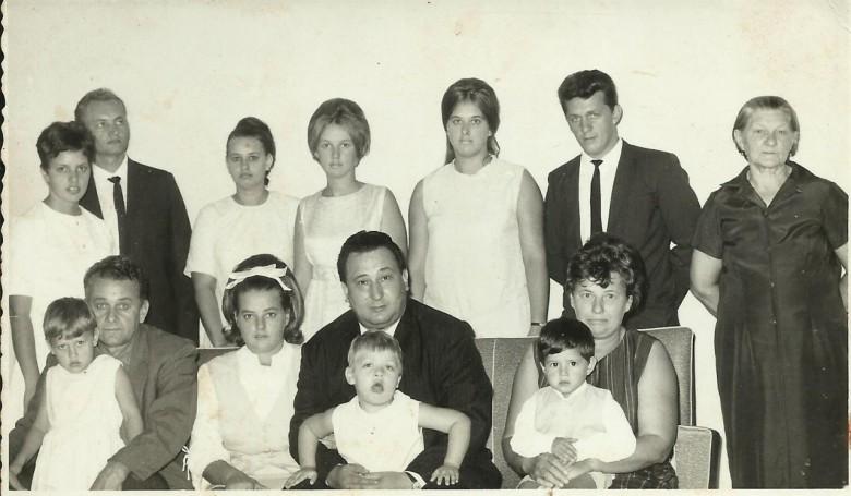 Família  Koch, da esquerda a direita, em pé: Carmen Koch; Ivo Koch;  Lori Koch; Noemia Koch; Nercy Koch e marido Arno Ritter,; e bisavó Zastrow.  Sentados: Dagmar (filha ), no colo do pioneiro Helmuth Koch, Valmi Koch com o esposo Plinio Angeli;  Rosicler (filha de Arno Ritter e Nercy Koch); Hilda Zastrow Koch, esposa de Herlmuth Koch com o neto Carlos Cesar Koch, filho de Lori Koch.  Imagem: Acervo Clélia Regina Koch