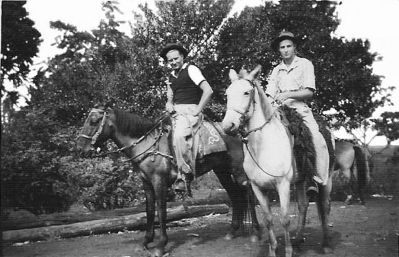 Arno  Sippert e amigo à cavalo, em 1951.