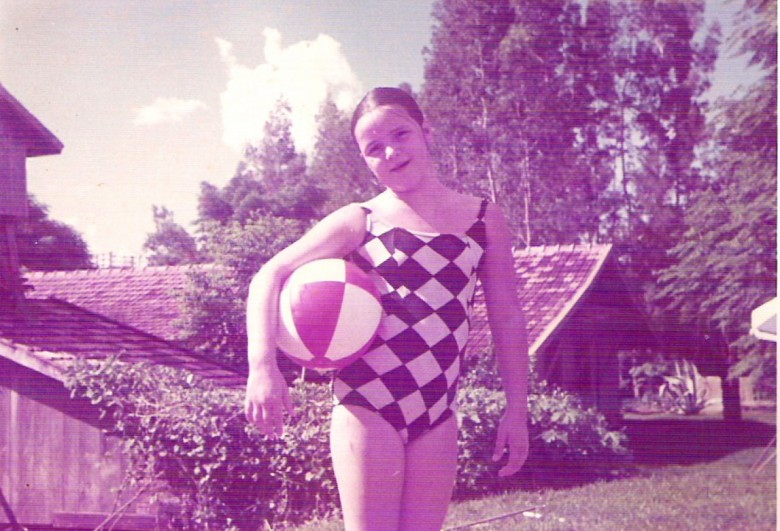 Ingrun Seyboth Lírio, na piscina dos Isenberg, Vila Nova, Toledo, PR. 1970.