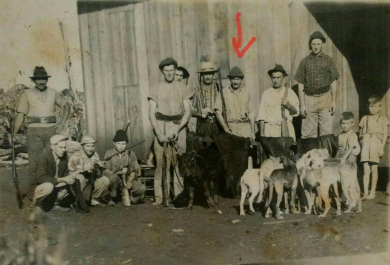 Grupo de caçadores (no detalhe, João Arlindo Griebeler).  Nota-se que um caçador segura na corda um filhote de anta.