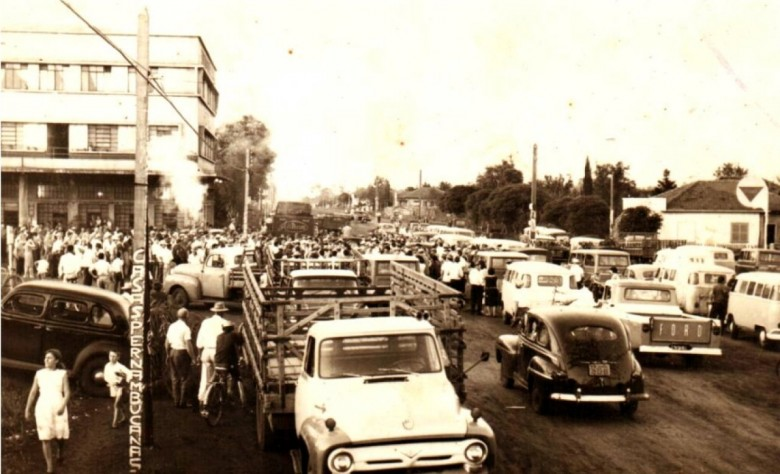 Comemoração da eleição de Werner Wanderer e Dealmo Selmiro Poersch como segundo prefeito e vice-prefeito de Marechal Cândido Rondon, respectivamente.  A comemoração aconteceu na junção da Rua Santa Catarina com a Avenida Maripá.