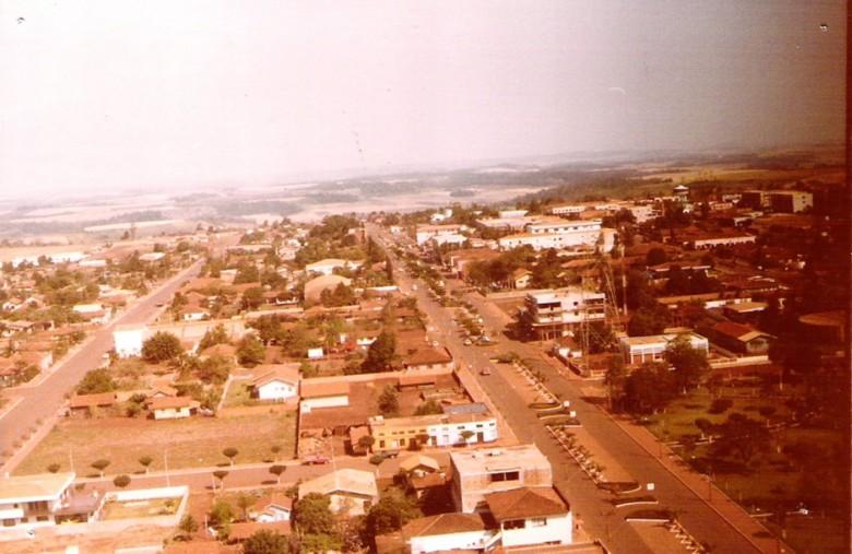 Vista aérea da construção da Torre da Telepar (Oi), em 1979