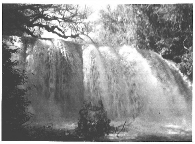 Outra vista da queda d'agua  na antiga  hidrelétrica no rio Guaçu, em Novo Sarandi, em foto de 1955.