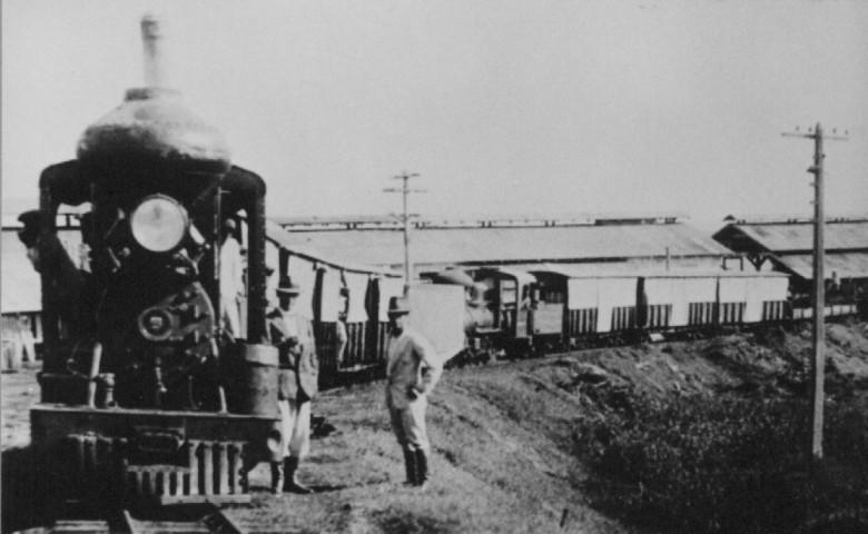 Trem em frente à estação, em Porto Mendes. 1960
