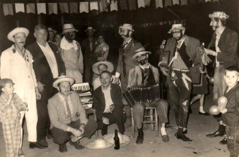 Outro momento da festa junina.  Á esquerda, em pé, de terno branco: Arlindo Alberto Lamb.  De cócoras, primeiro à esquerda, o pioneiro Harry Feiden.