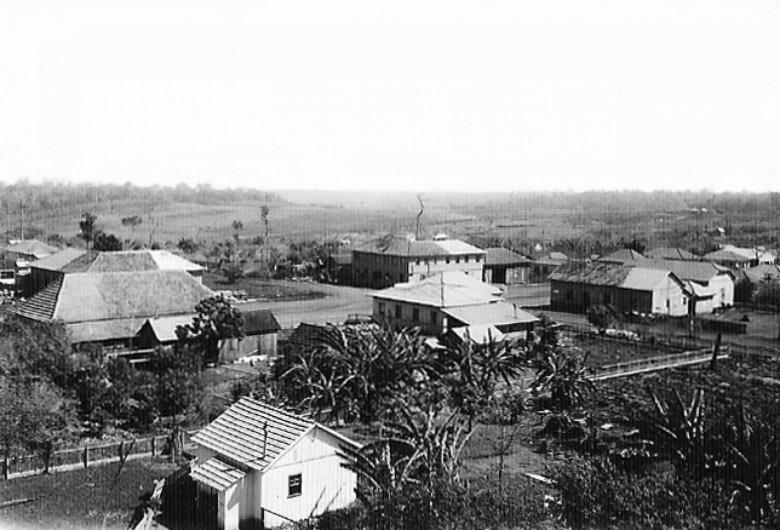 Primeiras moradias de General Rondon, em  1957. Ao fundo, o Hotel Avenida.