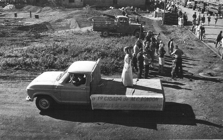Desfile  na Festa de 25 de Julho ou seja, na festa de comemoração da emancipação político-administrativa de  Marechal Cândido Rondon, da primeira criança nascida na cidade no período de colonização, Claucia Weirich. 1970.