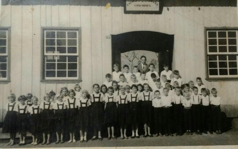 Turma de alunos da antiga Escola Concórdia. na então vila de General Rondon.