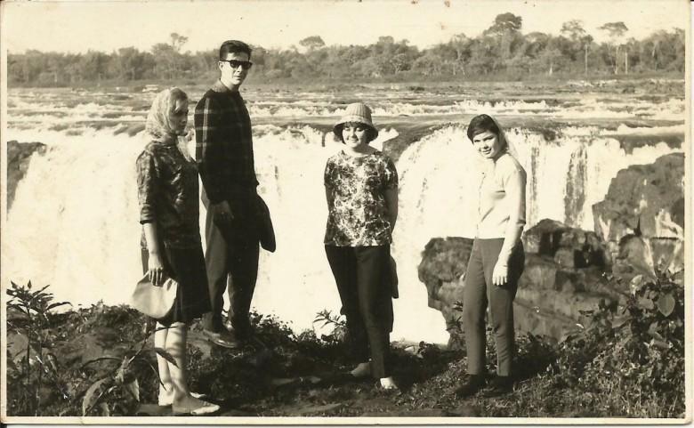 Jovens rondonenses em visita às Sete Quedas. Da esquerda  a direita: Nercy Koch (casou-se com Arno Ritter), Dirceu da Cruz Vianna,  e as irmãs Rose Nacke (casou-se com Egon Wanderer) e  Marlene Nacke (casou-se com Laudelino Limberger).