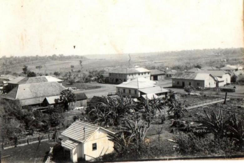 Marechal Cândido Rondon no começo da década de 1960. Vê-se, à esquerda, o telhado do extinto Bar Floresta, também conhecido como