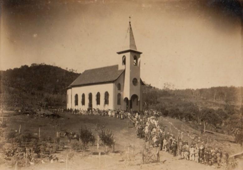Inauguração da primeira Igreja Católica de Peritiba, SC, dedicada a Santo Isidoro.  Muitos rondonenses e moradores do Oeste do Paraná foram batizados nessa igreja.