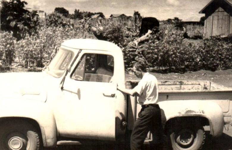 Prefeito Arlindo Lamb saindo de carro a Foz do Iguaçu para retirar  na agência do Banco do Brasil, em Foz do Iguaçu, o primeiro repasse de recursos do Governo Federal ao município de Marechal Cândido Rondon.