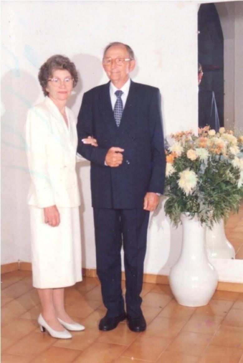 Casal Norma (nascida Pöttker) e Arlindo Alberto Lamb fotografado no dia da comemoração de suas Bodas de Ouro.