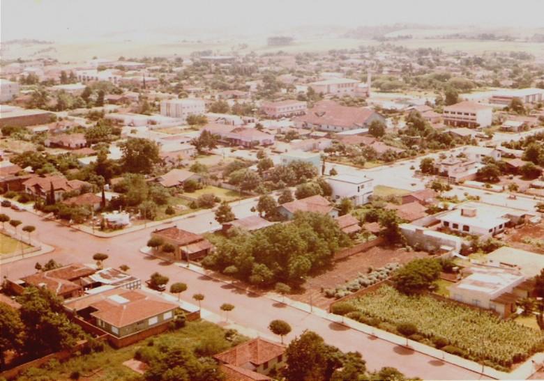 Vista aérea da rua Rio de Janeiro, esquina com rua Independencia. 1979