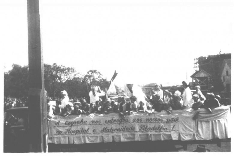 Outra vista do desfile do carro alegórico do Hopsital e Maternidade Filadélfia, no desfile da Festa do Município de Marechal Cândido Rondon, em 1962.