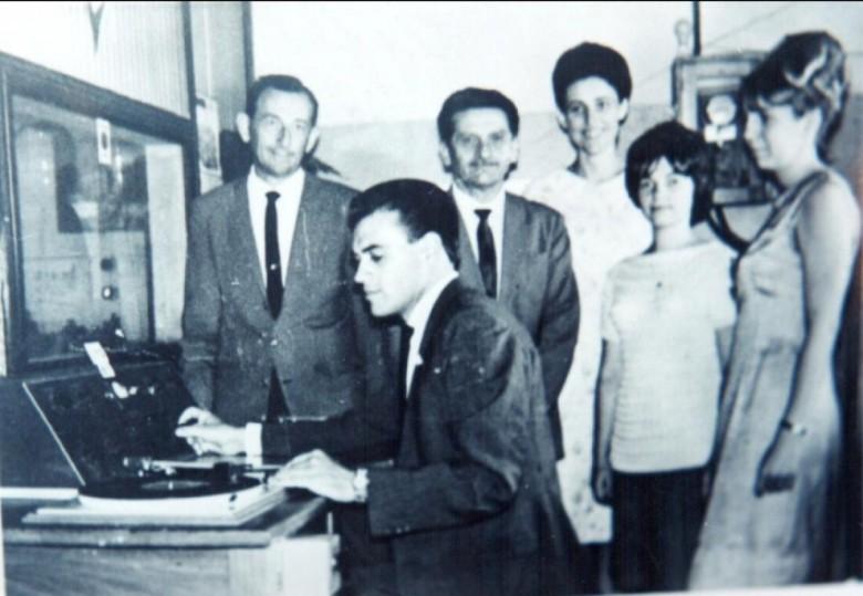 Inauguração da Rádio Difusora Rondon, em 19 de novembro de 1966.  Da esquerda a direita: Arlindo Alberto Lamb, sócio-proprietário da emissora; Ilário Kehl (Alemão Louco), operador de som; Antonio Maximiliano Ceretta, diretor da rádio;  Noemi Strelow (locutora); Ana Elisa Baumann (secretária); e Liselotte Strenske (locutora).