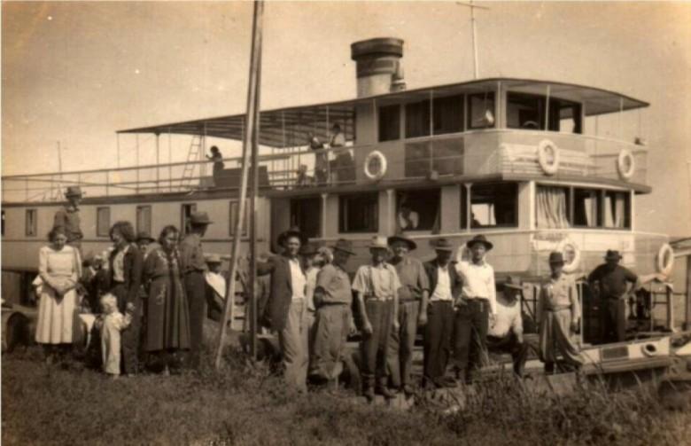Pioneiros rondonenses no Porto de Guaira à frente do Vapor