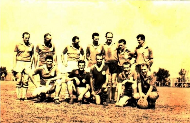 A falta de nitidez da fotografia não permite uma identificação segura da equipe. Tudo indica que seja o time do Oeste Paraná Futebol Clube. Entre os atletas em pé, o 5º da esquerda a direita, é o Dr. Aylson Confúcio de Lima.