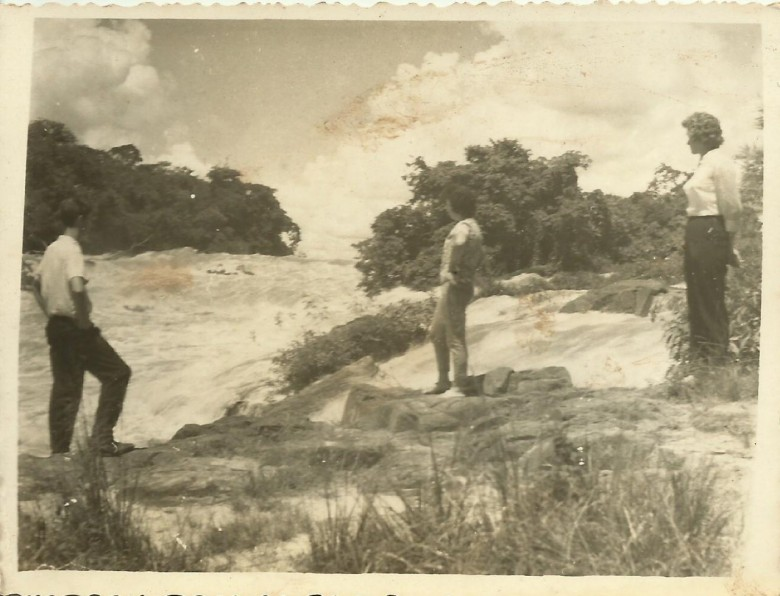 Jovens pioneiros rondonenses em visita as Sete de Quedas, Guaíra.  Da esquerda a direita: Dirceu da Cruz Vianna (Nhô Jeca), e as irmãs Lori e Nercy  Koch