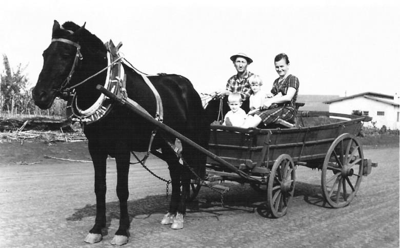 Pioneiro Albino Zimmermann,   esposa e filha, em  1965.