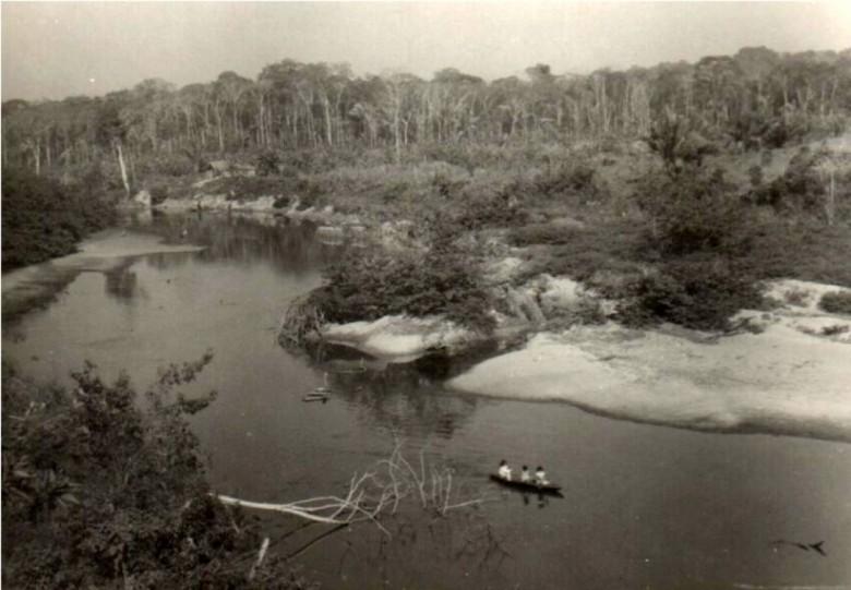 Vista do Arroio Felicidade junto as terras de Arlindo Alberto Lamb, no atual município de Entre Rios do Oeste.  O curso d'água e as terras foram alagadas com a formação do reservatório da Itaipu Binacional.