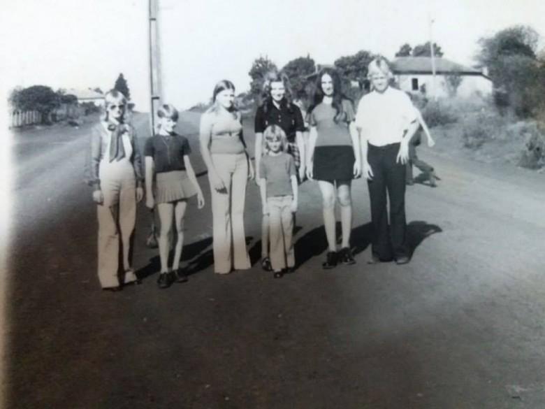 Jovens quatropontenses na Avenida Presidente Epitácio. Da esquerda a direita:  Marlete Lang, Madalena Pletsch, Clara Pletsch, Jacinta Follmann e Paulo Lang.  A jovem de blusa preta não foi identificada.