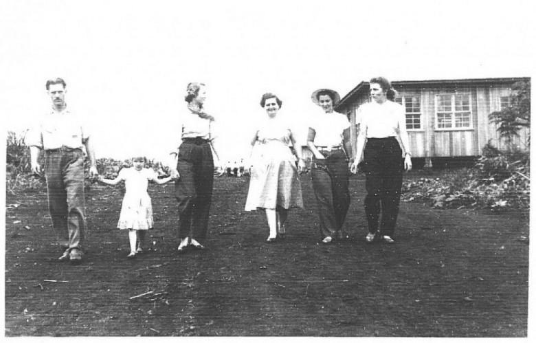 D. Ingrun (à direita) com um grupo de amigos, na então Vila de General Rondon.  A terceira mulher, da direita à esquerda, é a pioneira Amélia Vencato Feiden, esposa do senhor José Feiden, proprietário do Hotel Avenida.