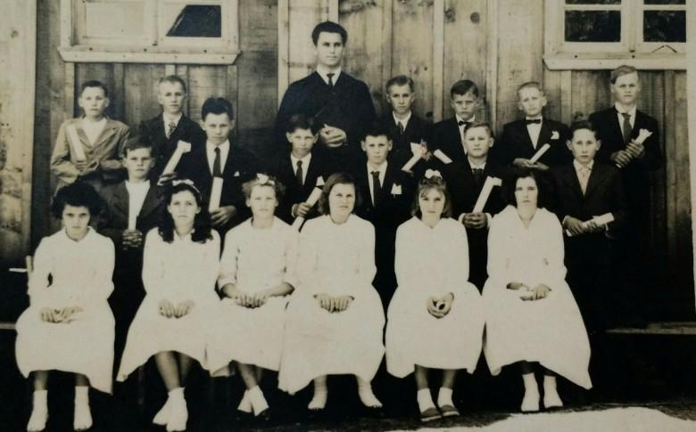Confirmação na comunidade luterana de Iguiporã, em 1962.  A segunda, da direita à esquerda, é Nelsi Griebeler que veio se casar com Antonio (Nenito) Costa Rosa.
