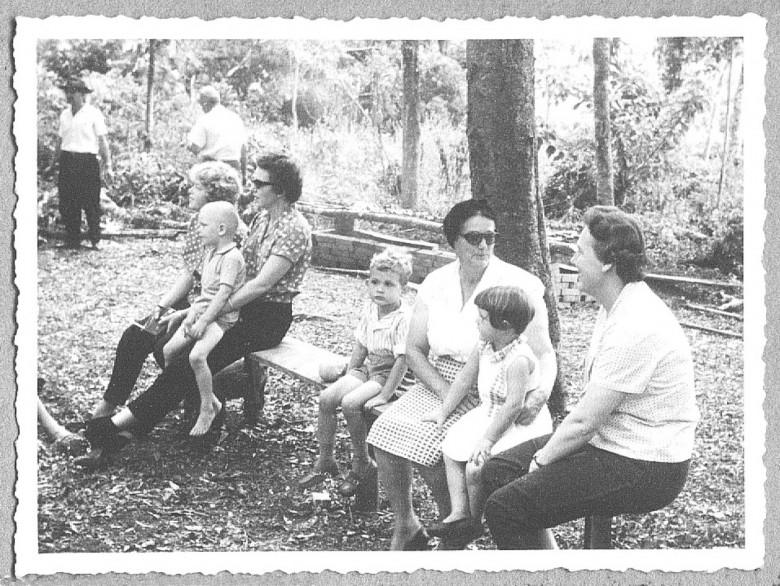 Estela Seyboth (de  saia xadrez)com a neta Ingrun (Guni) e Neli Niederauer (de calça escura)  com os filhos Lori e Jorge, em 1960.